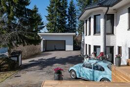 Asfaltoitu piha ja autokatos