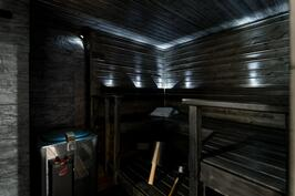 Tunnelmallinen löylyhuone, jossa ikkuna allasosastolle