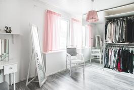 Yksi yläkerran makuuhuone on jokaisen asusteitaan arvostavan unelma tai sitten makkari