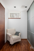 2. kerroksen makuuhuoneiden yhteydessä on pukeutumistila