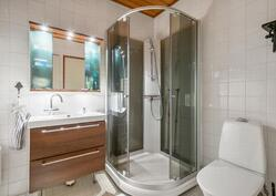 alakerran kylpyhuone / förstavånings badrum