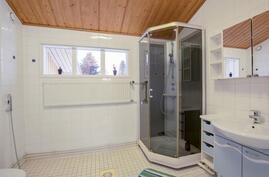 yläkerran kylpyhuone / övrevånings badrum