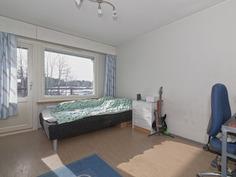 Makuuhuone, josta kulku parvekkeelle - Sovrum med