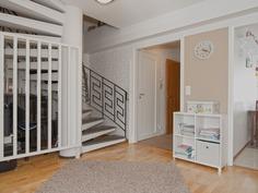 Olohuone ja raput yläkertaan - Vardagsrum och trap
