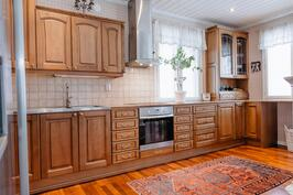 Avoimen keittiön pinnat lämminsävyiset