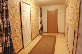 käytävän päässä makuuhuone. Vasemmalla wc ja oikealla kylpyhuone.