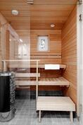 Ikkunoista tuleva valo tekee saunomisesta viihtyisää