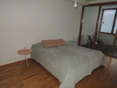 Makuuhuoneeseen mahtuu hyvin isompikin sänky