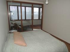 Makuuhuoneesta valoisan tekee kokonaan yhden seinän kattavat ikkunat