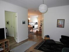 Olohuoneesta keittiöön, vasemmalla makuuhuone