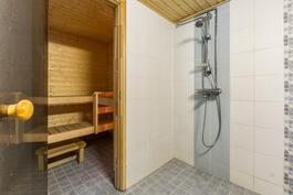 Kellarikerroksen kylpyhuone ja sauna