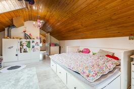 Yläkerran makuuhuone/avointa tilaa