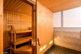 Tilava ja tunnelmallinen sauna..