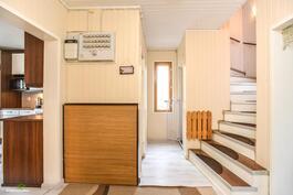 Aulatilasta nousevat kauniit portaat yläkerran puolelle