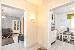 Aulasta on käynti sekä kodin erilliseen keittiöön, että valoisaan olohuoneeseen