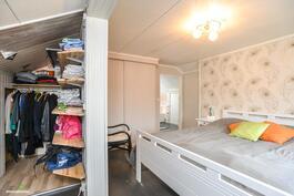 .. makuuhuoneen yhteydessä on mukavan kokoinen vaatehuone..