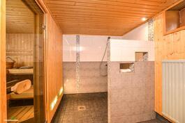 Kylpyhuone ja saunaosasto on uusittu täysin vuonna 2005..
