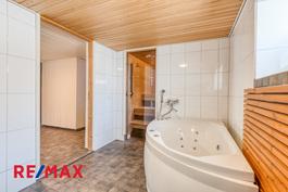 Kylpyhuoneessa poreamme ja oma sauna