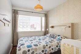 Isompi makuuhuone/ Större sovrummet