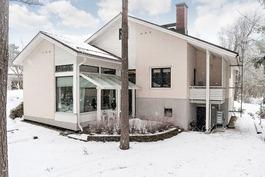 Arkkitehdin suunnittelema monimuotoinen talo