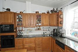 A La Carte-keittiö, kaapistot kokopuuta, kivityötasot