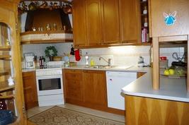 paljon kaapistoja siältävä  keittiösyvennys