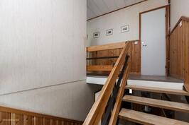 Makuuhuoneet, kylpyhuone ja sauna löytyy yläkerrasta