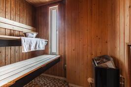 Oma sauna veikeällä ikkunalla