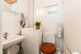 Erillinen wc alakerrassa helpottamaan arkea