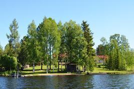 Tila järveltä kuvattuna