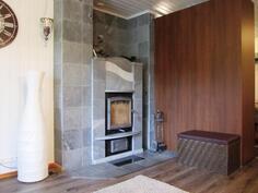 Olohuoneen yhteydessä upea Nunnauunin vuolukivitakka, joka antaa lämpöä koko taloon