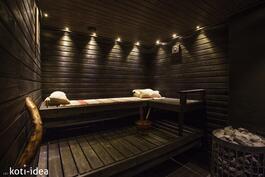 Uudistettu sauna tunnelmavaloin