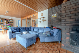iso olohuone jossa varaava takka ja leivinuuni