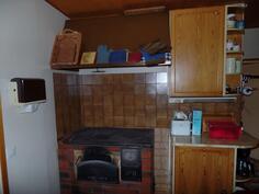 Keittiötä/leivinuuni ja puuhella