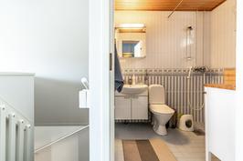 Yläkerrassa erillinen wc- jossa suihku