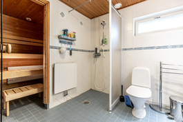 Alakerran sauna/kylpyhuone