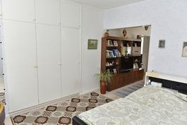 makuuhuoneessa kaapistoja