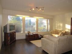 Talon olohuone 2010-luvulla myös pintaremontoitu vaalein värein valoisaksi ja ...
