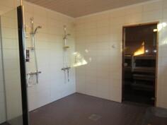 ... ja sauna- ja kylpyhuonetilat remontoitu näyttäväksi mm. tuplasuihkuin ja laatoituksin!