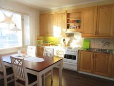 Tilavassa ja toiminnallisessa keittiössä uudehkot keittiökoneet ja runsaasti ...