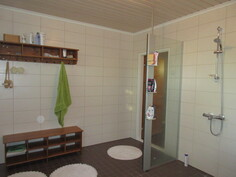 Lisäkuvaa näyttäväksi 2010-luvulla myös vedeneristyksin remontoidusta kylpyhuoneesta!