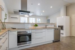 Upea keittiö, joka muodostaa yhdessä olohuoneen kanssa ison oleskelutilan