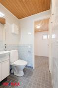 Erillinen wc remontoitu seiniä lukuunottamatta täysin 2021.
