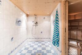 Kellarikerroksen kylpyhuone