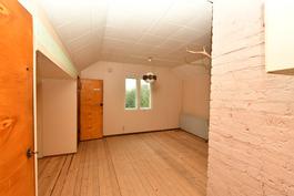 Yläkerran huone porraskäytävältä päin