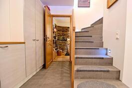 Ala-aula: ovi viinitupaan ja portaikko yläkertaan