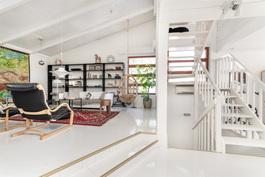 iso ja erittäin valoisa olohuone