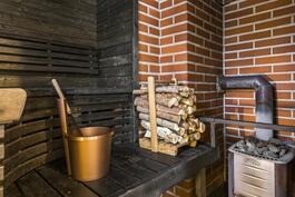Saunassa puulämmitteinen kiuas