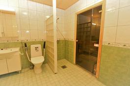 Kylpyhuoneen oikea puoli