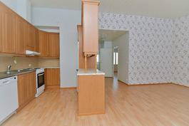 Keittiön pöydän luota näkyhmä olohuoneeseen ja eteiskäytävään